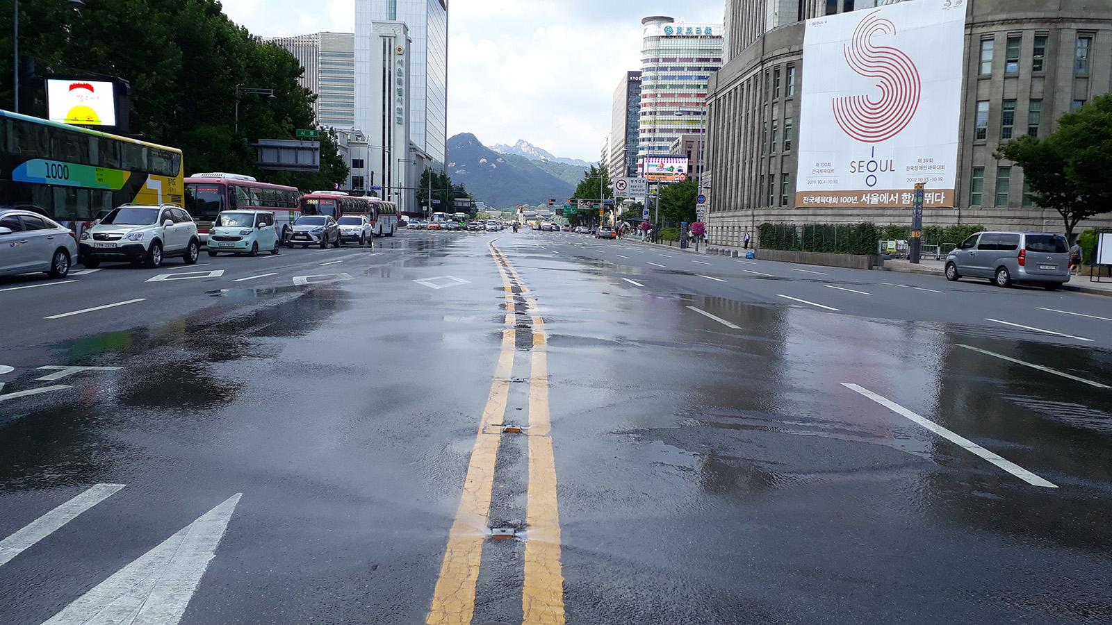 서울시, 도로 위 물 분사 '클린로드' 하루 3번 확대 가동